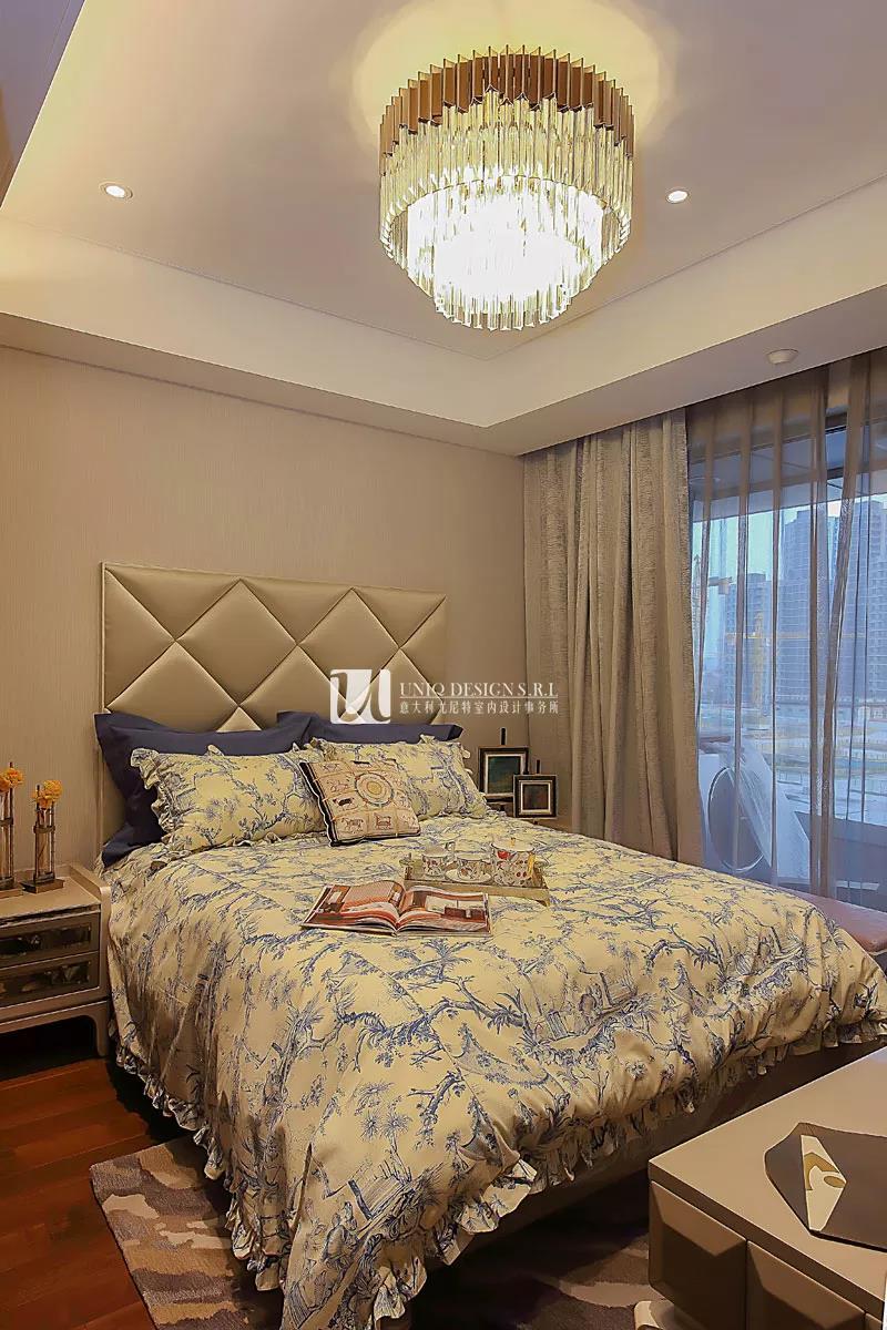 米黄色的床头展现舒适的质感,夺目的深海蓝色地毯更是将空间里的分子